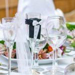 Esta fotografia muestra una mesa preparada por los restaurantes genil para un banquete de bodas.